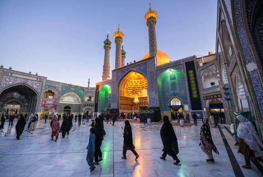 Os fiéis reúnem-se no pátio do Santuário de Fátima Masumeh, na cidade de Qom. Originalmente construído ...