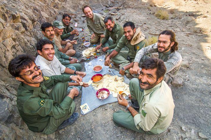 Khaleghi (segundo a contar da esquerda), Jowkar (quarto a contar da esquerda), Lanting (ao fundo à ...