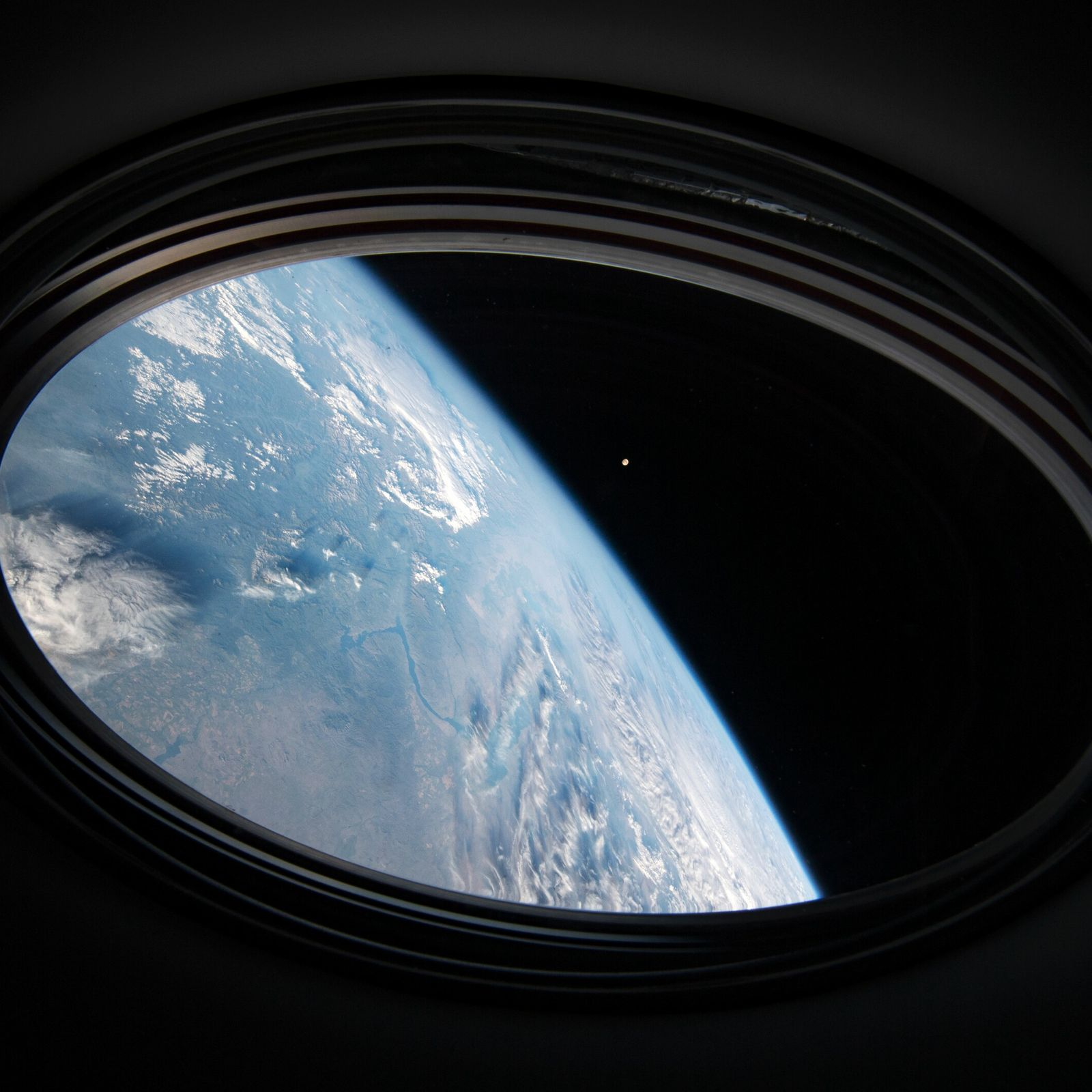 """Os astronautas continuarão a fotografar a sua """"casa"""", seja da órbita baixa da Terra ou, como os ..."""