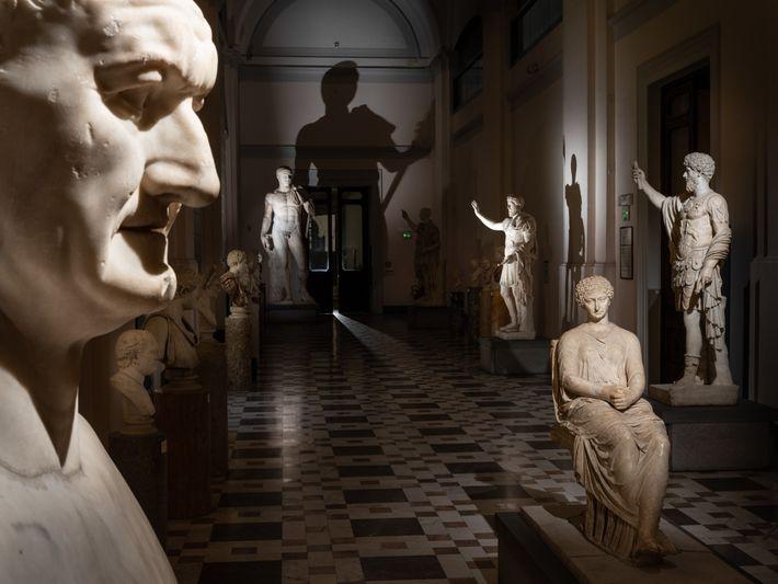 Uma representação do século I d.C. do imperador romano Vespasiano, em primeiro plano à esquerda, faz ...