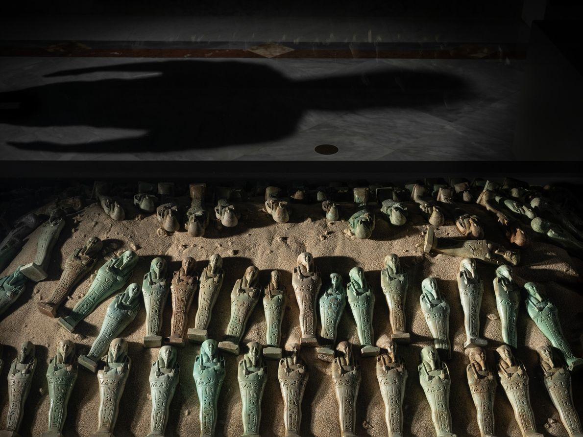 Uma coleção de shabti do antigo Egito, estatuetas cuja função era ajudar os seus proprietários na ...