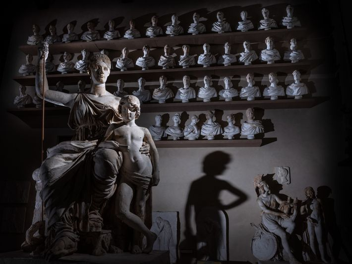 Moldes de gesso do século XIX de esculturas antigas, outrora usados para ensinar os estudantes de ...