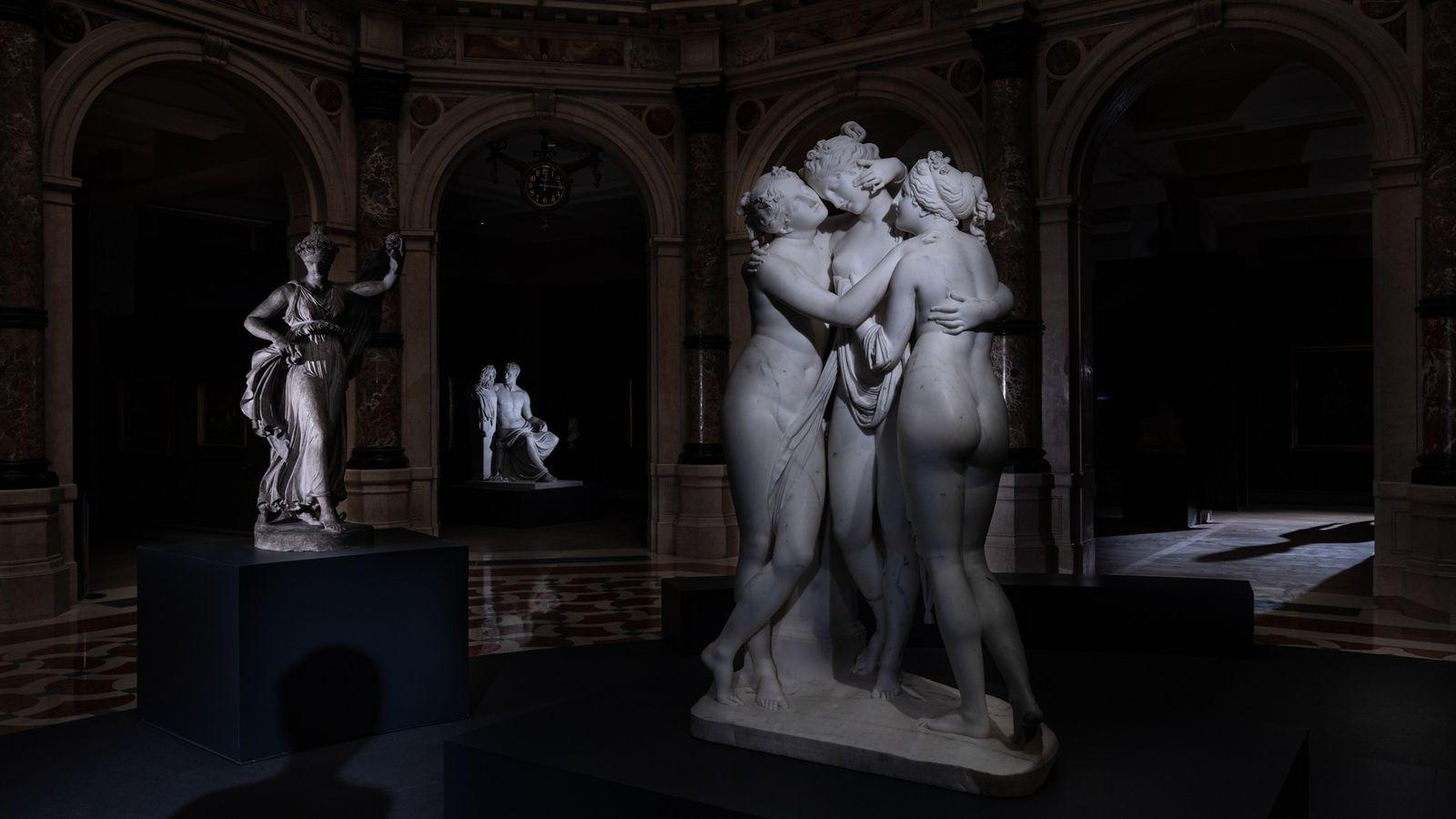 As Três Graças (1812-1817) de Antonio Canova abraçam-se na vazia Galleria d'Italia de Milão. Estas fotografias ...
