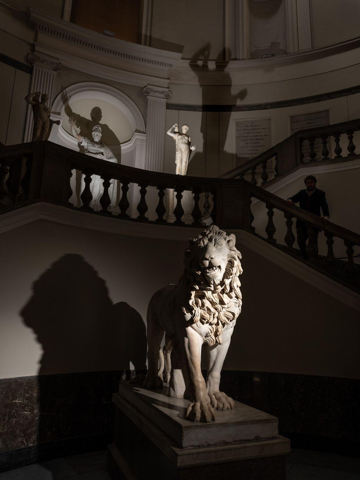 Uma estátua da era romana de um leão recebe os visitantes na escadaria principal do Museu ...