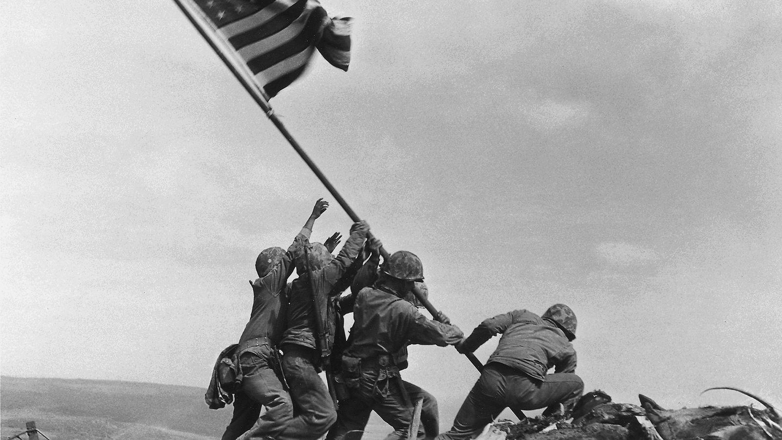 Depois de cinco dias de combates mortíferos, os fuzileiros dos EUA levantaram a bandeira americana no ...
