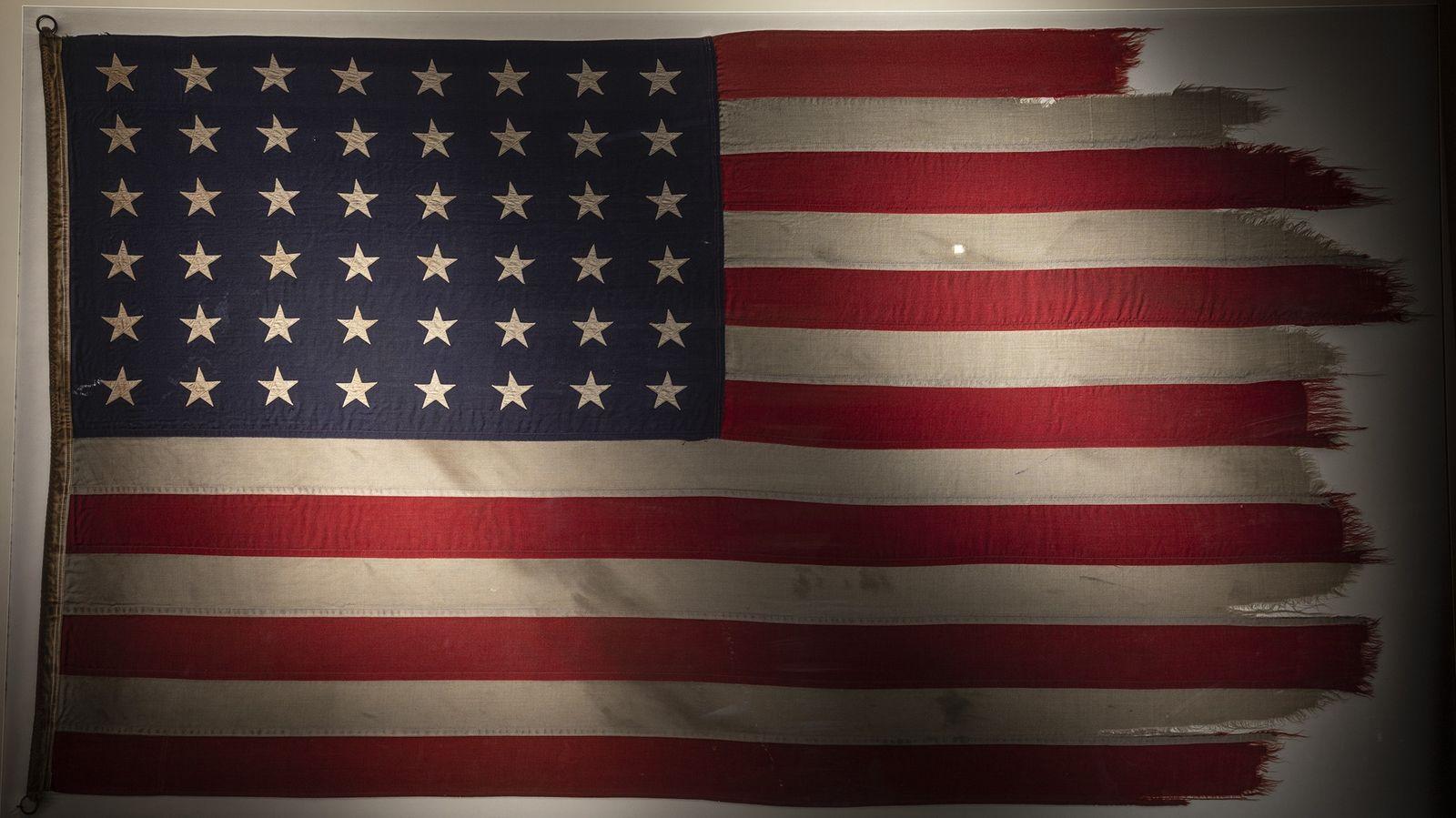 Para homenagear o 75º aniversário da Batalha de Iwo Jima, a bandeira que ficou famosa na ...