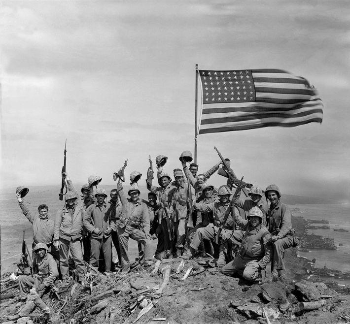 Depois de fotografar o erguer da bandeira no topo do Monte Suribachi, Joe Rosenthal pediu a ...