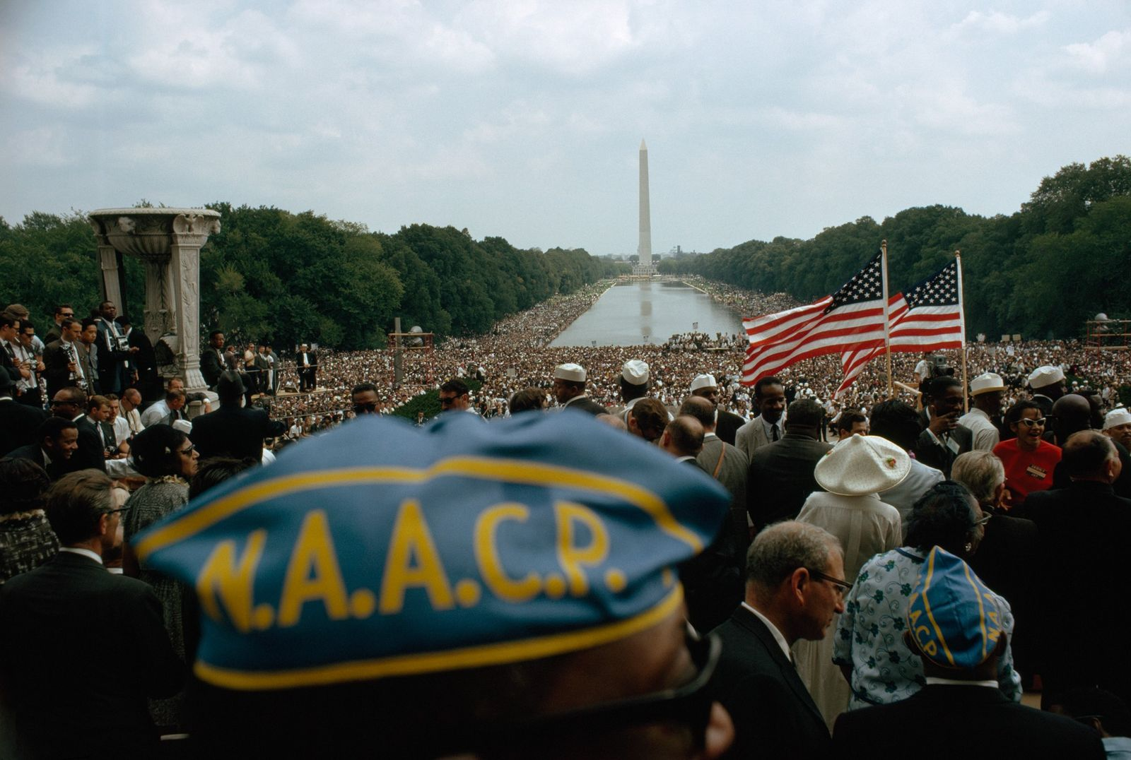 A multidão pacífica de 250 mil pessoas estendia-se desde o Lincoln Memorial, onde a fotografia foi ...