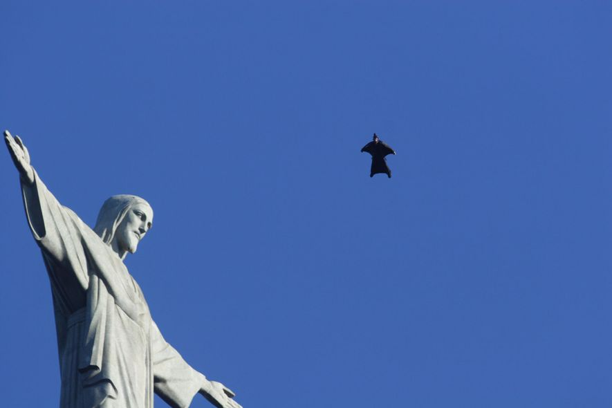 Jeb Corliss, paraquedista e utilizador de wingsuit, voa por cima da estátua do Cristo Redentor no ...