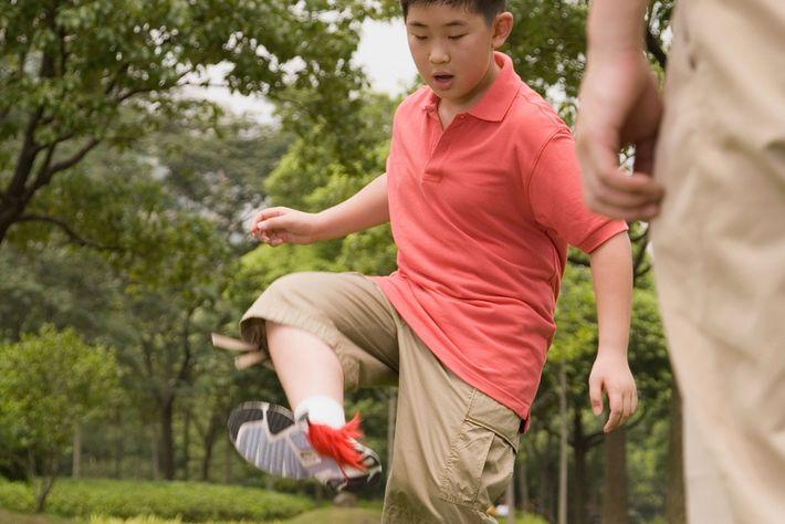 Um rapaz joga jegi chagi com um volante.