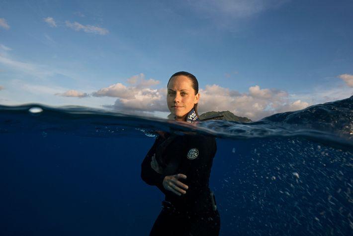 Cramp explora as águas das Ilhas Cook.