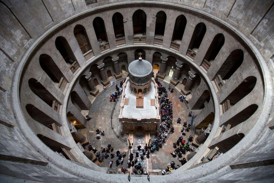 Os visitantes admiram a Edícula recentemente restaurada, em Março de 2017. O chão por baixo do ...