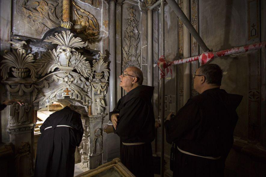 Padres Franciscanos visitam o tradicional lugar onde se encontra o túmulo de Jesus durante a sua ...