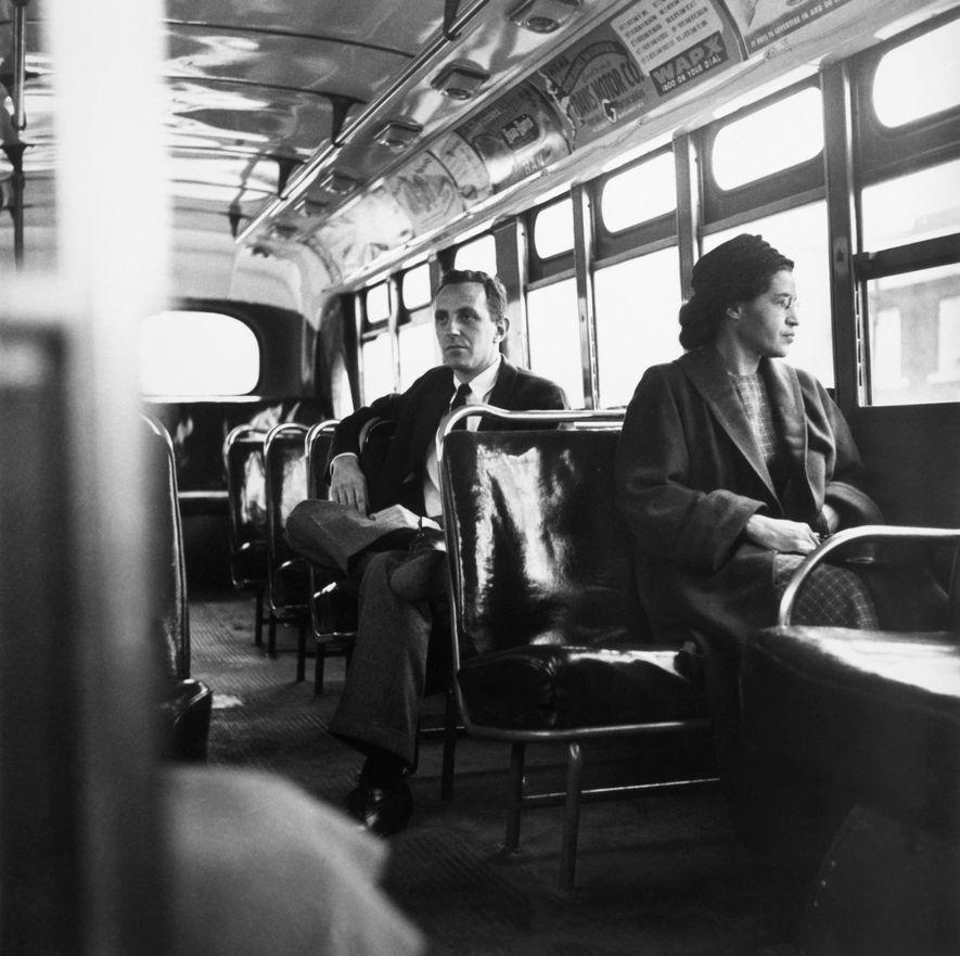 Em dezembro de 1955, Rosa Parks recusou ceder o seu lugar a uma passageira branca num ...