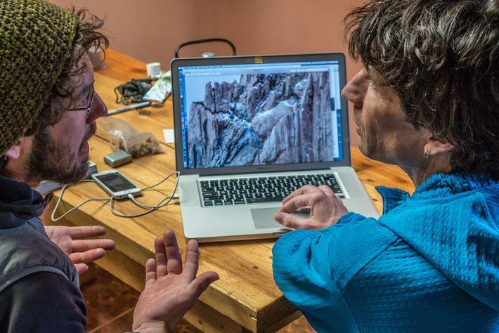 Reynolds (à esquerda) e o perito em escaladas na Patagónia, Rolo Garibotti, examinam a rota de ...