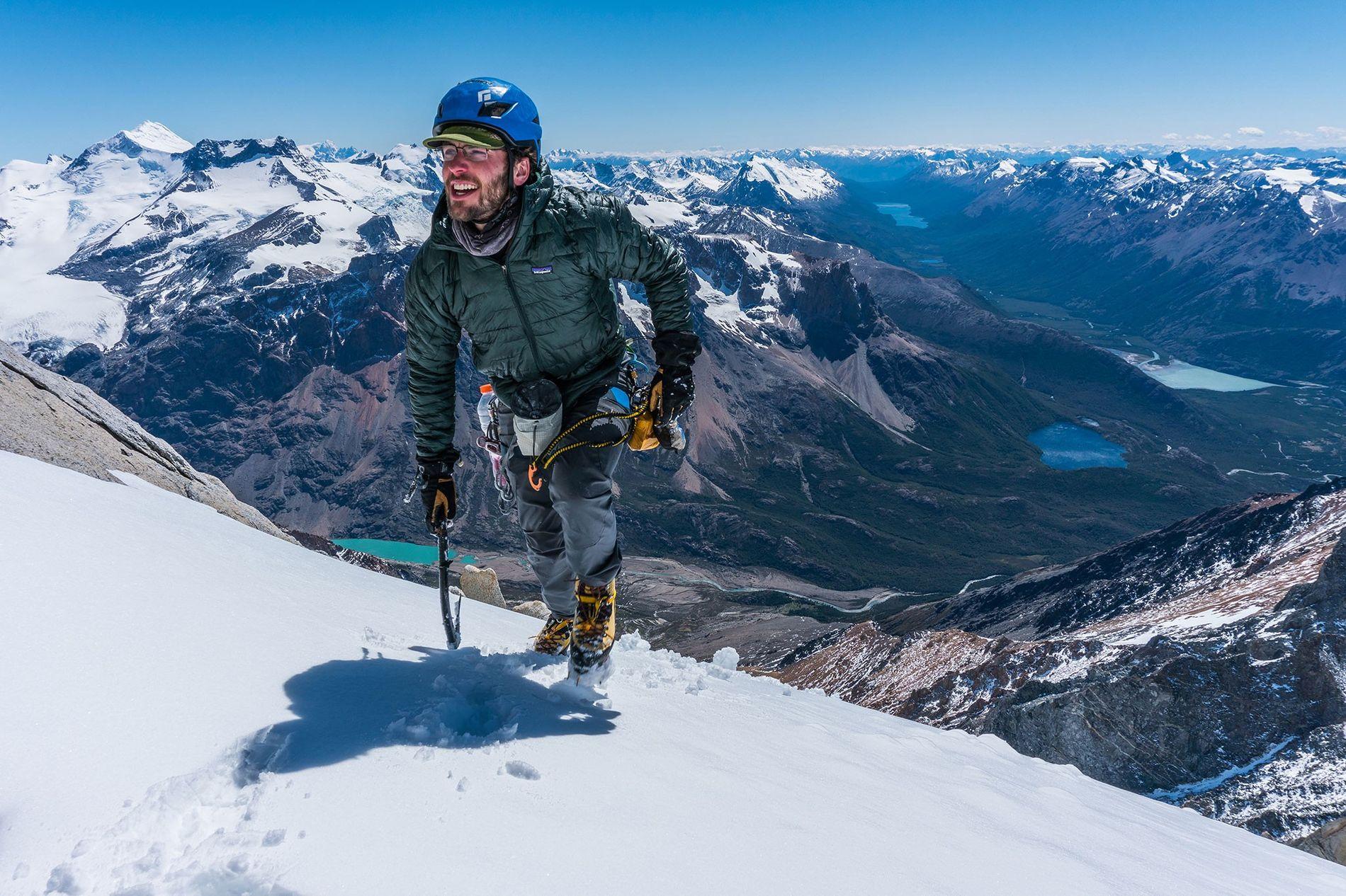 O alpinista Jim Reynolds surge nesta imagem a familiarizar-se com o terreno argentino da Patagónia, em ...