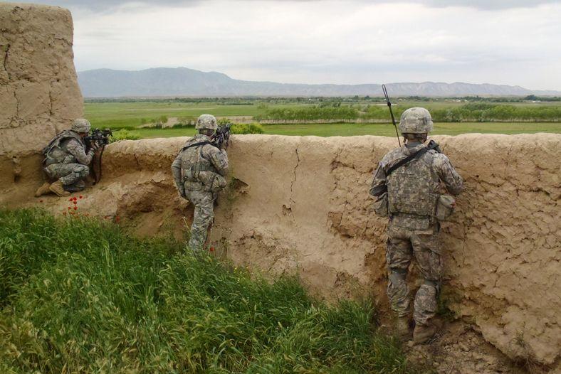 Soldados vigiam o movimento da sua unidade em Kunduz