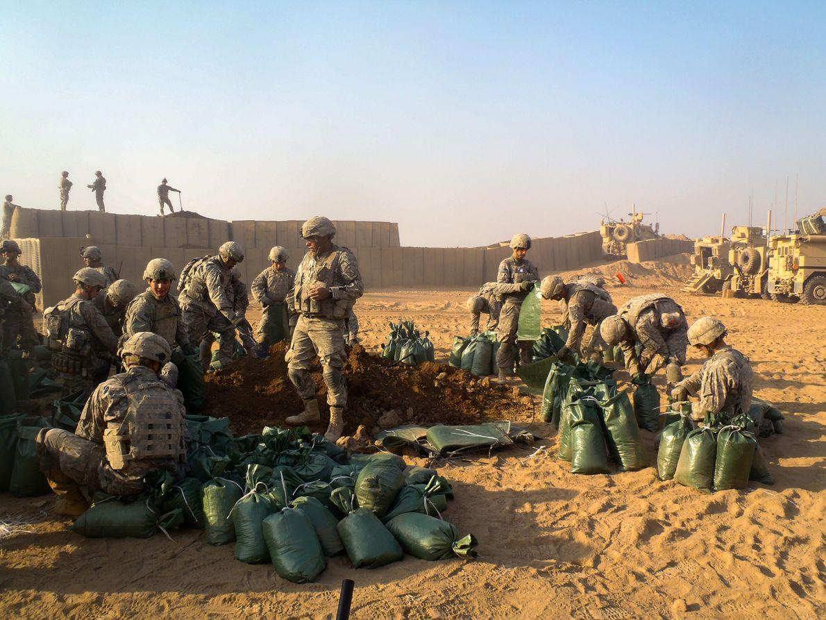 Soldados constroem um posto de controlo