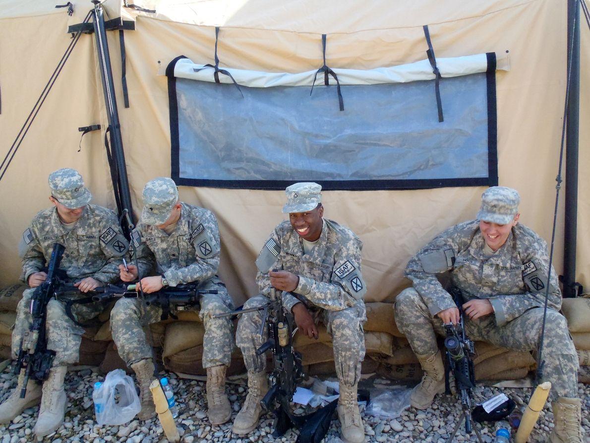 Soldados fazem a manutenção de armas