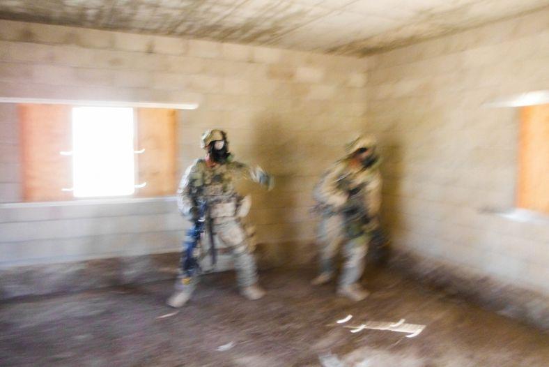 Soldados em Fort Irwin praticam uma operação de limpeza