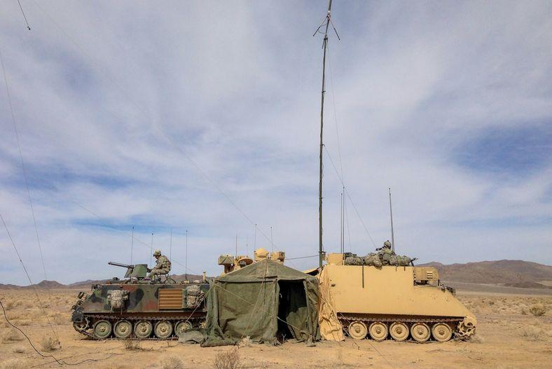 Veículos blindados protegem um posto de planeamento tático