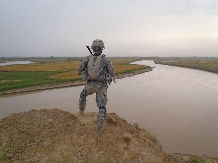 Soldado observa a paisagem em Kunduz, no Afeganistão