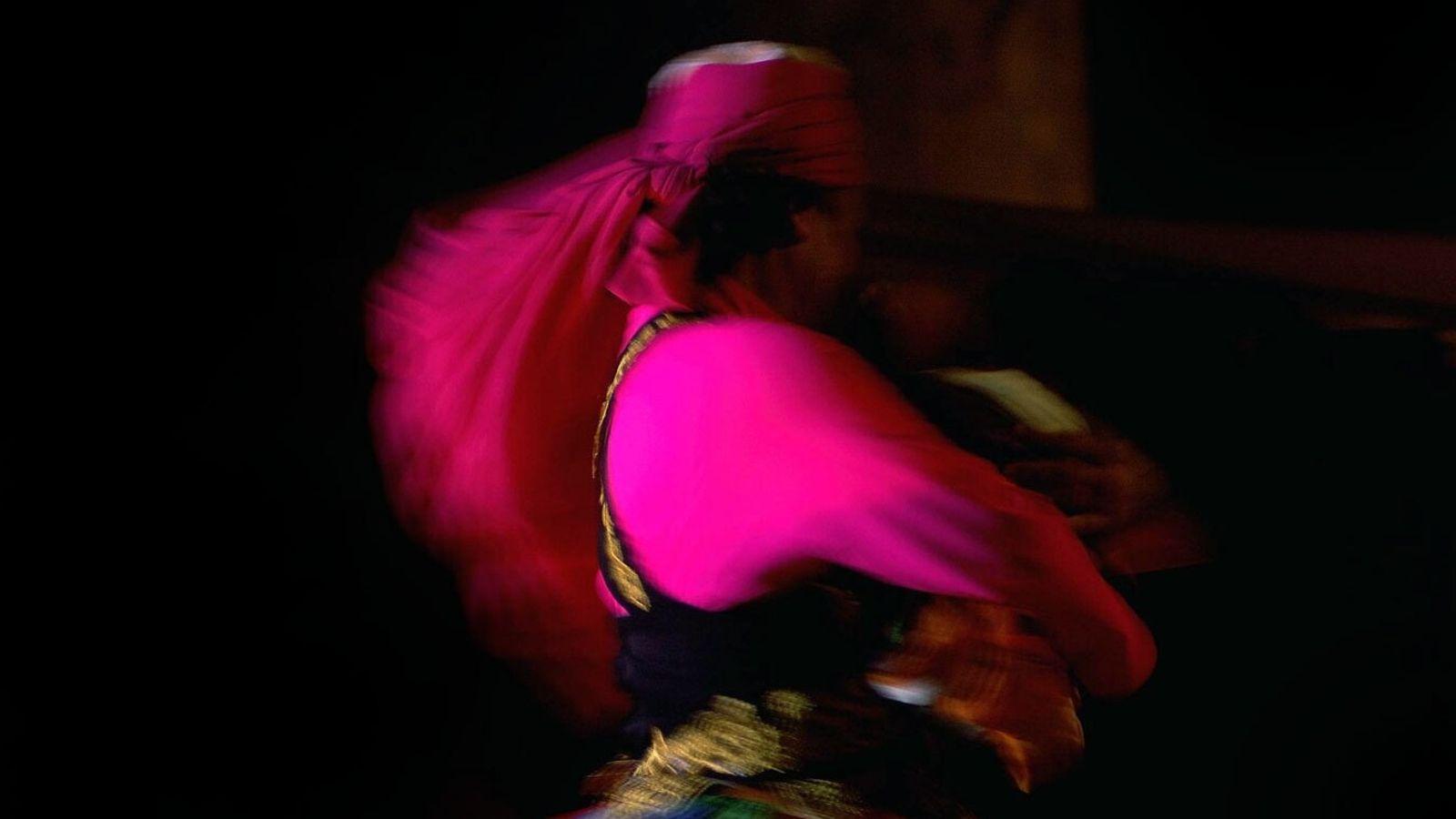 Uma bailarina dervixe atua na Resort e Spa do Deserto Al Shams no Dubai, nos Emirados ...
