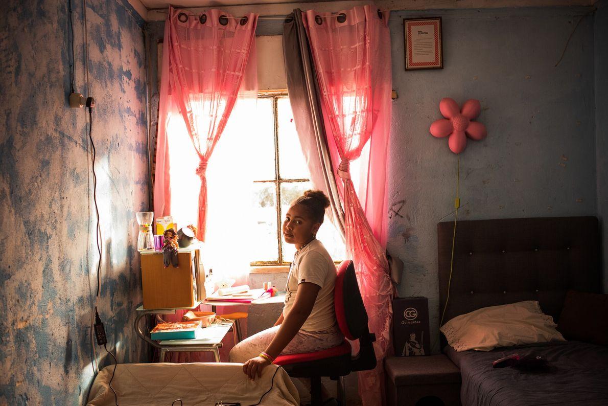 Lurdes Pontes posa para um retrato na sua secretária de estudo.