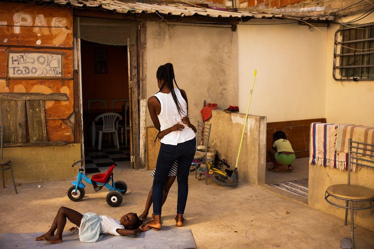 Edna Nazaré a dançar à porta de sua casa com uma das suas filhas