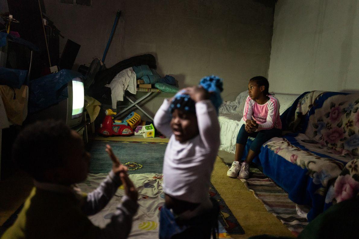 crianças brincam na sala