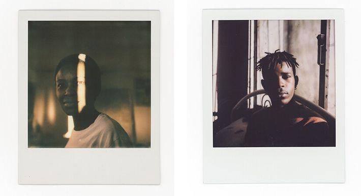 Esquerda: Aurora, 30 anos, posa para um retrato na sua casa. Direita: Asmir, 22 anos, namorado da Aurora, ...