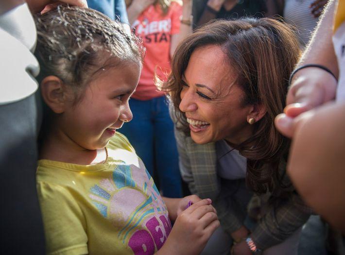 UM NOVO TIPO DE VICE-PRESIDENTE Kamala Harris conversa com Roxanna Gozzer, cuja mãe é de El Salvador, ...