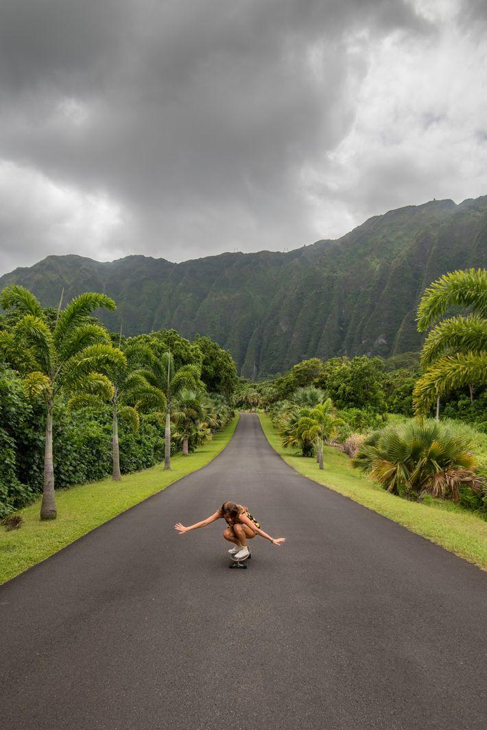 Uma mulher anda de skate em Kanehone, Havai.