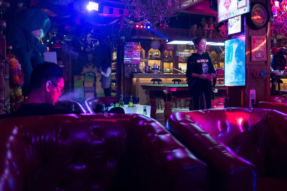 Clientes numa discoteca de karaoke