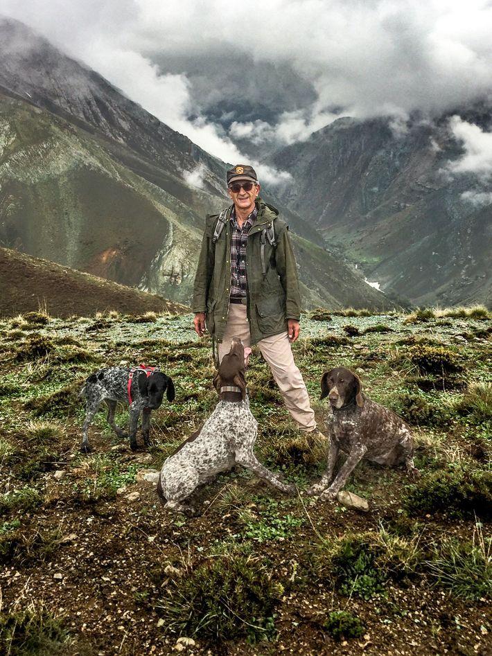 Kavous Seyed-Emami com os seus cães Misha, Lola e Noghreh, em Ammameh, no Irão.