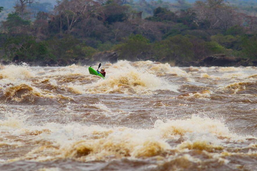 Apenas uma equipa de rafting sobreviveu aos rápidos Inga, no Congo. Ondas de 12 metros, entre ...