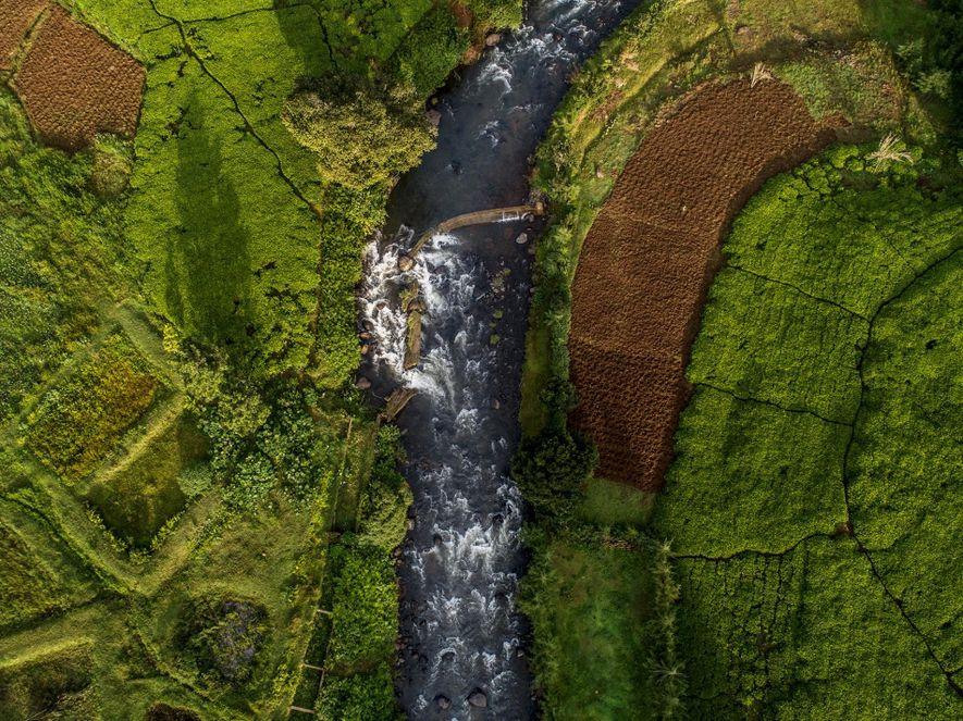 A extensão sul do rio Mathioya atravessa a aldeia queniana de Gacharageini.