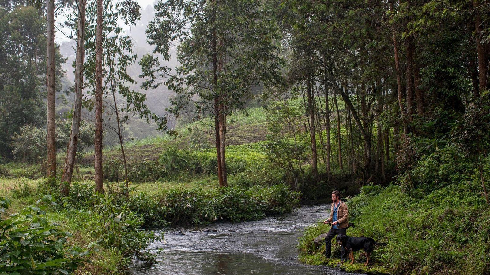 O fotógrafo Pete Muller pesca na companhia do seu cão Mosi na margem do rio Mathioya.
