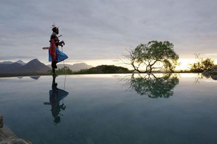 Um guerreiro samburu contempla a paisagem junto à piscina de Sarara Camp.