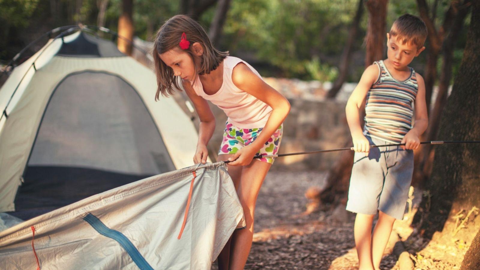 Crianças a montar uma tenda