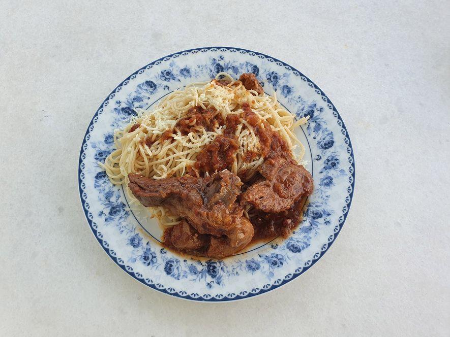 """""""Kokoras me makaronia"""" (frango estufado em molho de tomate) é um dos pratos tradicionais de Naxos. ..."""