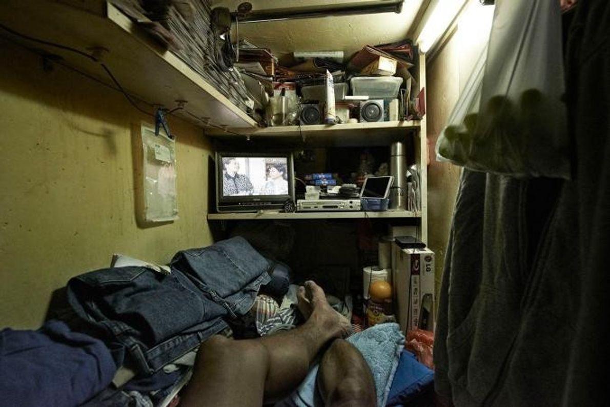 Com preços exorbitantes das rendas na cintilante Hong Kong, estas pessoas sobrevivem em apartamentos subdivididos ilegalmente.