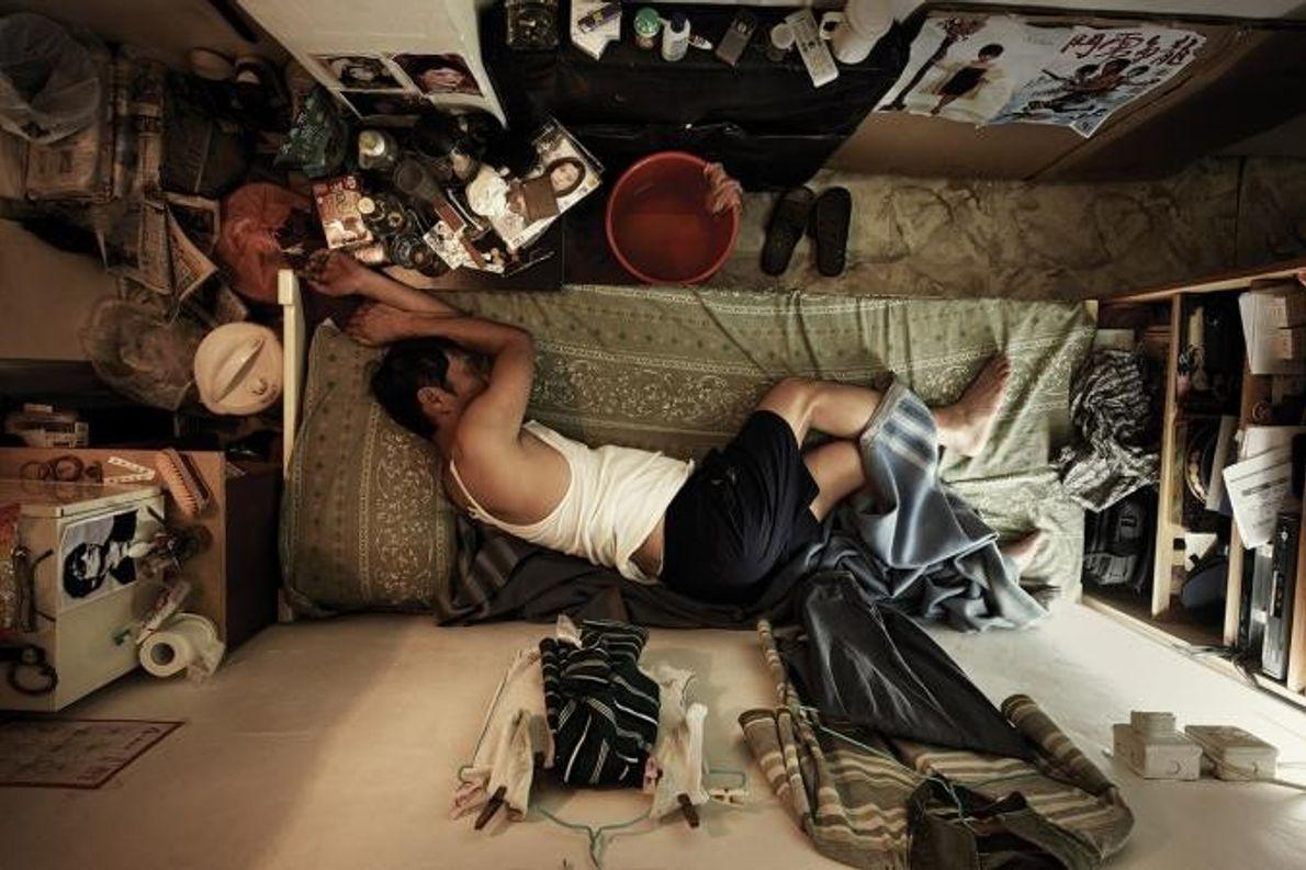Com A vida no interior das 'casas-caixão' de Hong Kong