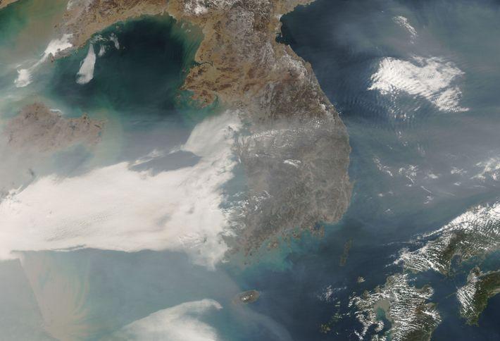 Faixa de poluição no ar sob a península coreana até ao Japão (2017)