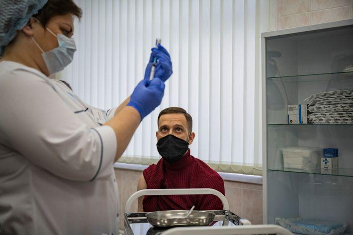 Um médico russo é vacinado com a vacina Sputnik V numa clínica em Moscovo em dezembro ...