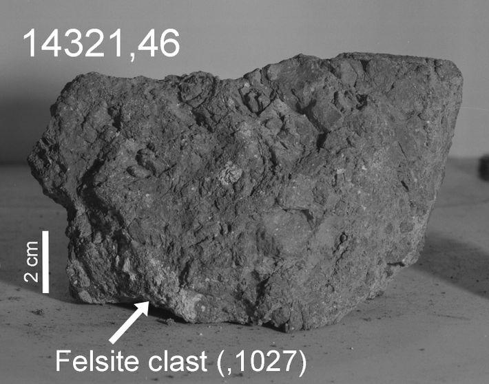Uma seta marca a porção mais clara, ou clasto felsite, da rocha 14321 que os investigadores ...