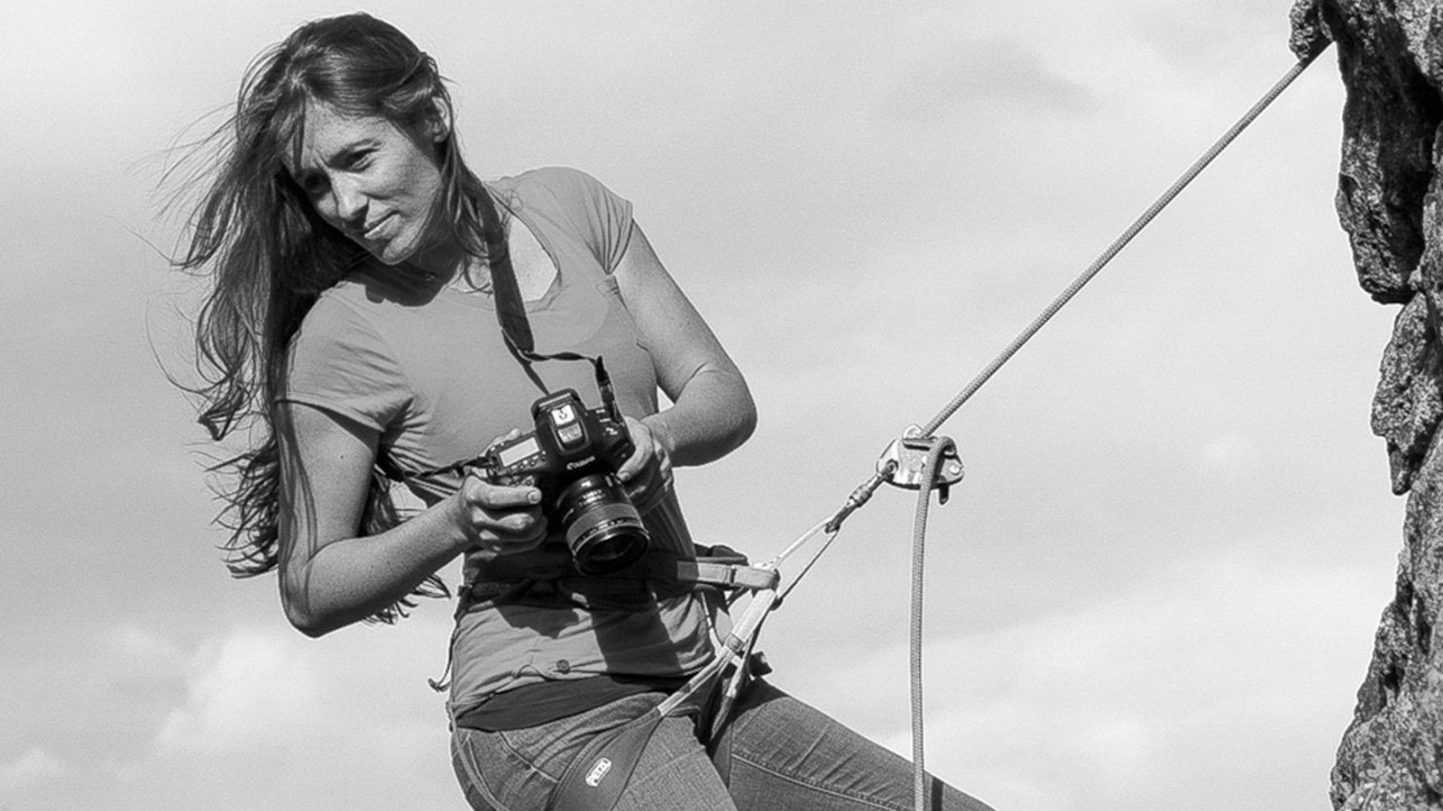 A fotógrafa viaja pelo mundo de aventura em aventura, testemunha alguns dos maiores aventureiros e desportistas ...