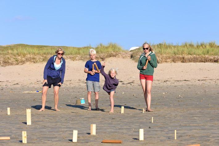 Kubb é um jogo tradicional sueco que envolve acertar em blocos de madeira.
