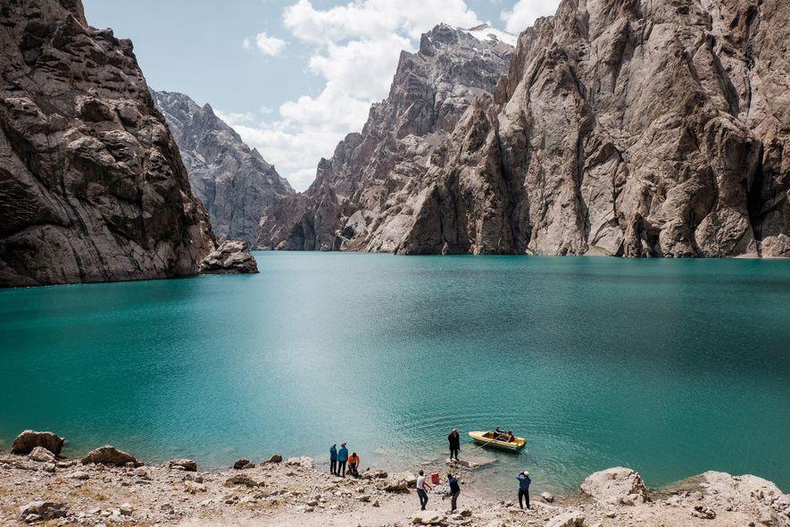 LAGO KOL SUU – Este lago alpino de águas turquesa atrai turistas aventureiros com a sua ...