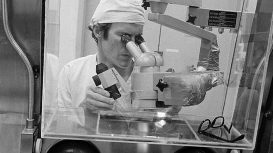 O Dr. Daniel H. Anderson, tecnólogo aeroespacial e diretor de testes do Laboratório de Processamento de ...